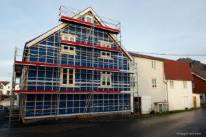 Hus med byggställning